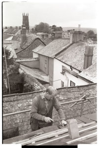 Mike Hiscock hanging slates by James Ravilious